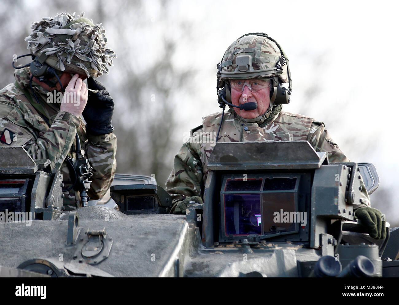 Der Prinz von Wales dauert eine Fahrt auf einem Krieger verfolgt gepanzerten Fahrzeug während einer Übung während eines Besuchs in der ersten Bataillon der Mercian Regiment zu 10 Jahre als Oberst und 40 Jahre seit dem Werden Oberst-in-chief des Cheshire Regiment markieren. Stockfoto