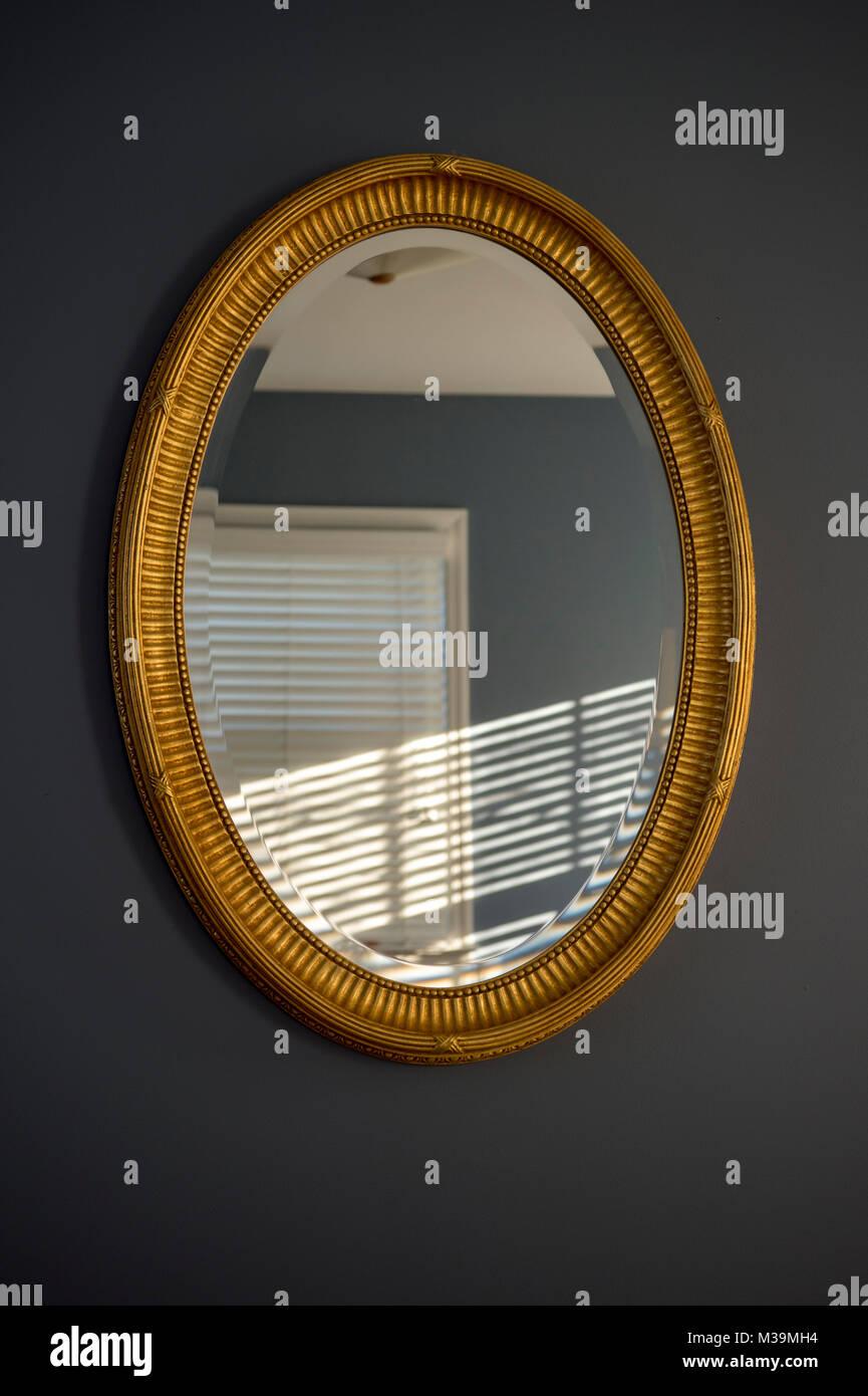 Gold Framed Mirror Stockfotos & Gold Framed Mirror Bilder - Alamy