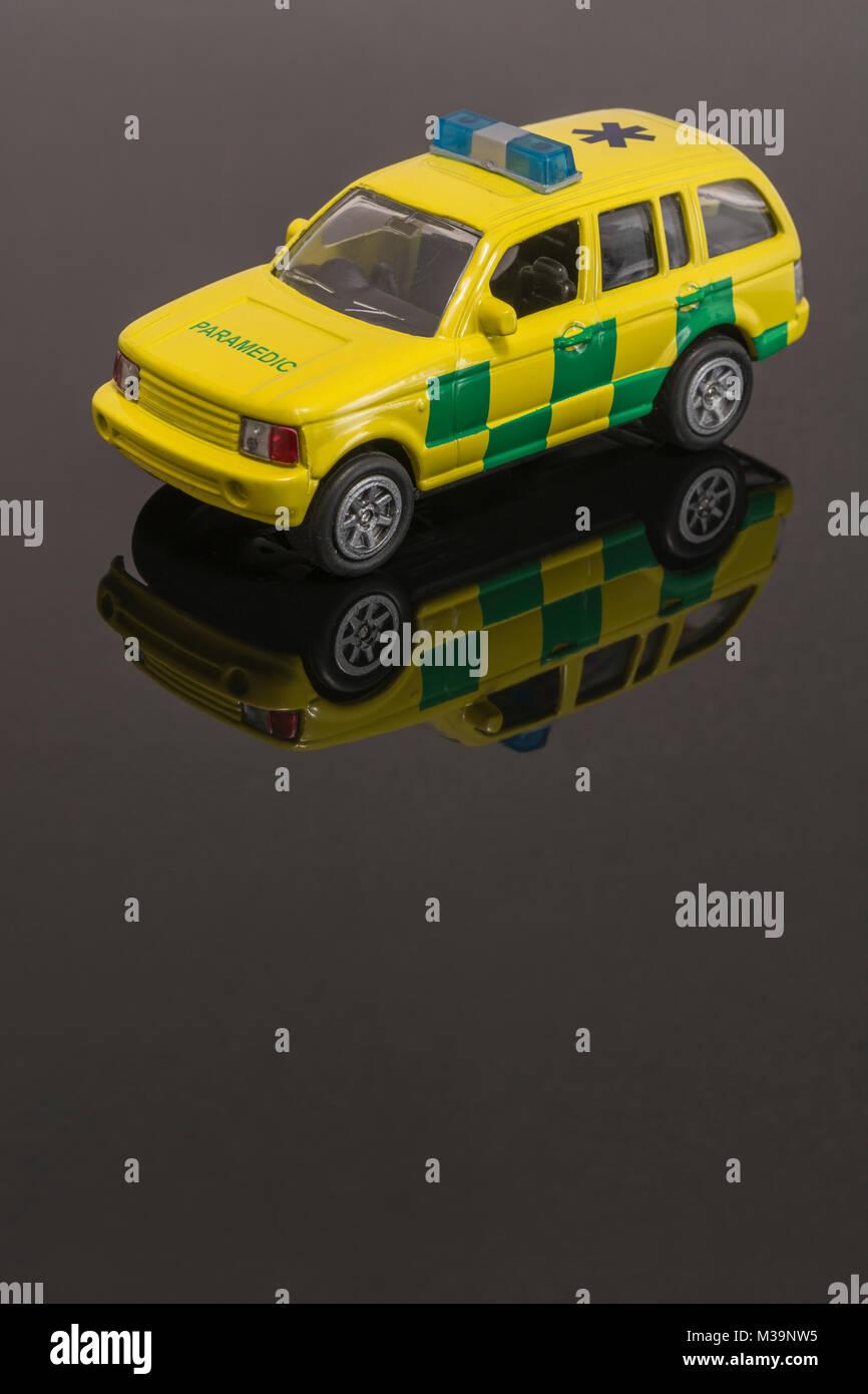 Spielzeug Notfall Sanitäter Dienstleistungen Fahrzeug - als Metapher für das Konzept der Rettungsdienste/Ersthelfer. Stockbild