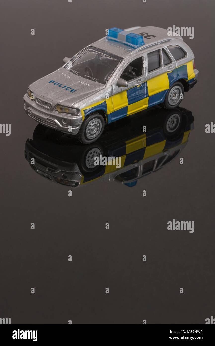 Spielzeug Notdienste/Polizei Fahrzeug - als Metapher für das Konzept der Rettungsdienste/Ersthelfer. Stockbild