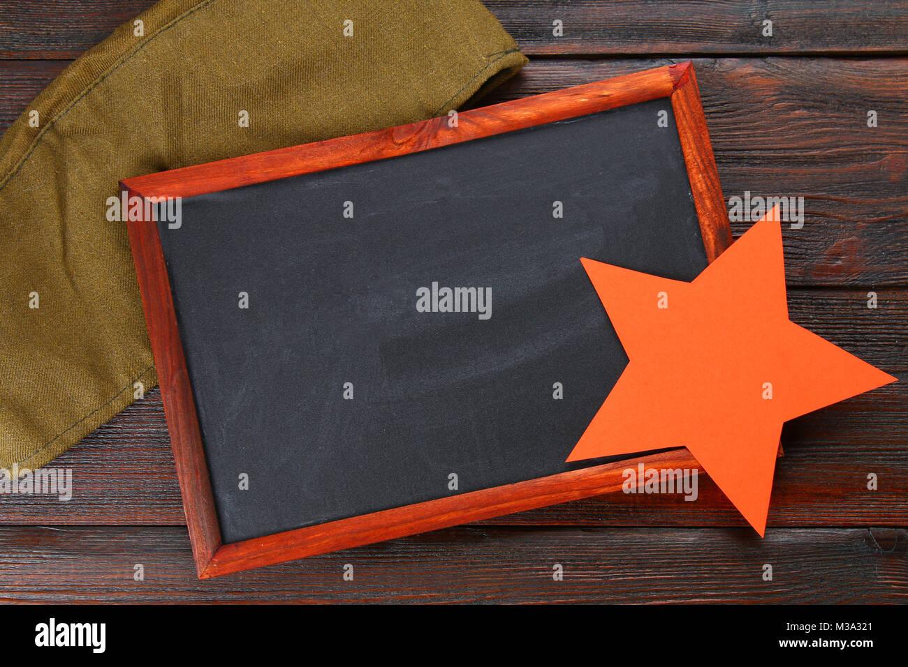 Schiefertafel mit leerer Raum, Military Cap und Roter Stern auf ...