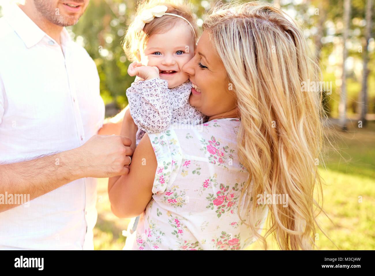 Glückliche Familie in einem Park im Sommer. Stockfoto