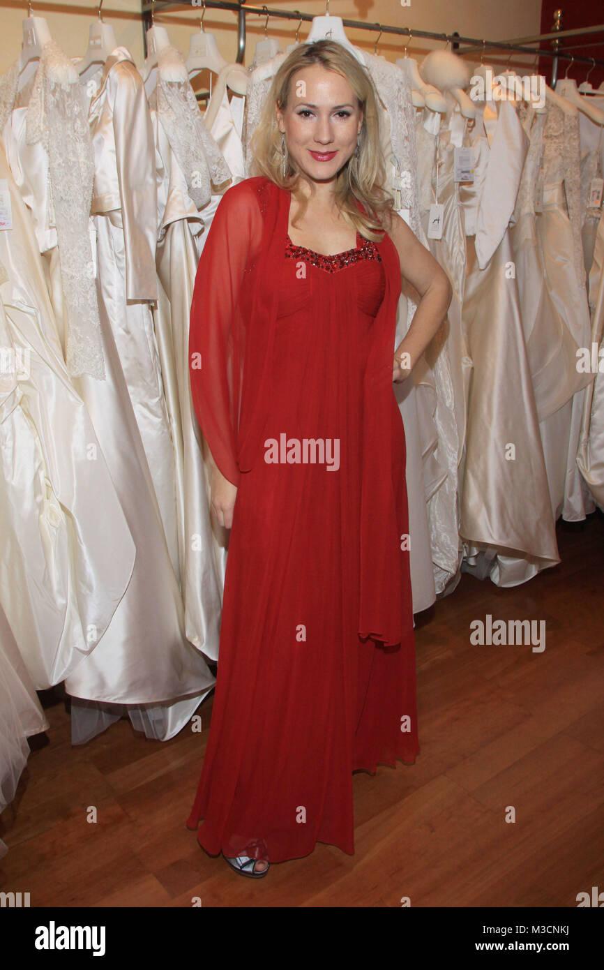 3043f11fa48 ... Julia Wachsmann Nach mehr als 8 erfolgreichen Jahren schließt Barbara  Kolb im November 2010 ihr Atelier Aimée für Braut- und Abendmode und  Eventcouture ...