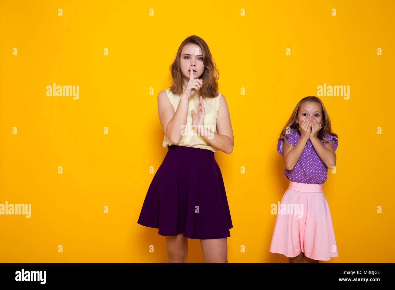 Zwei Mädchen schließen Mund finger Stille Stockfoto, Bild: 174247598 ...