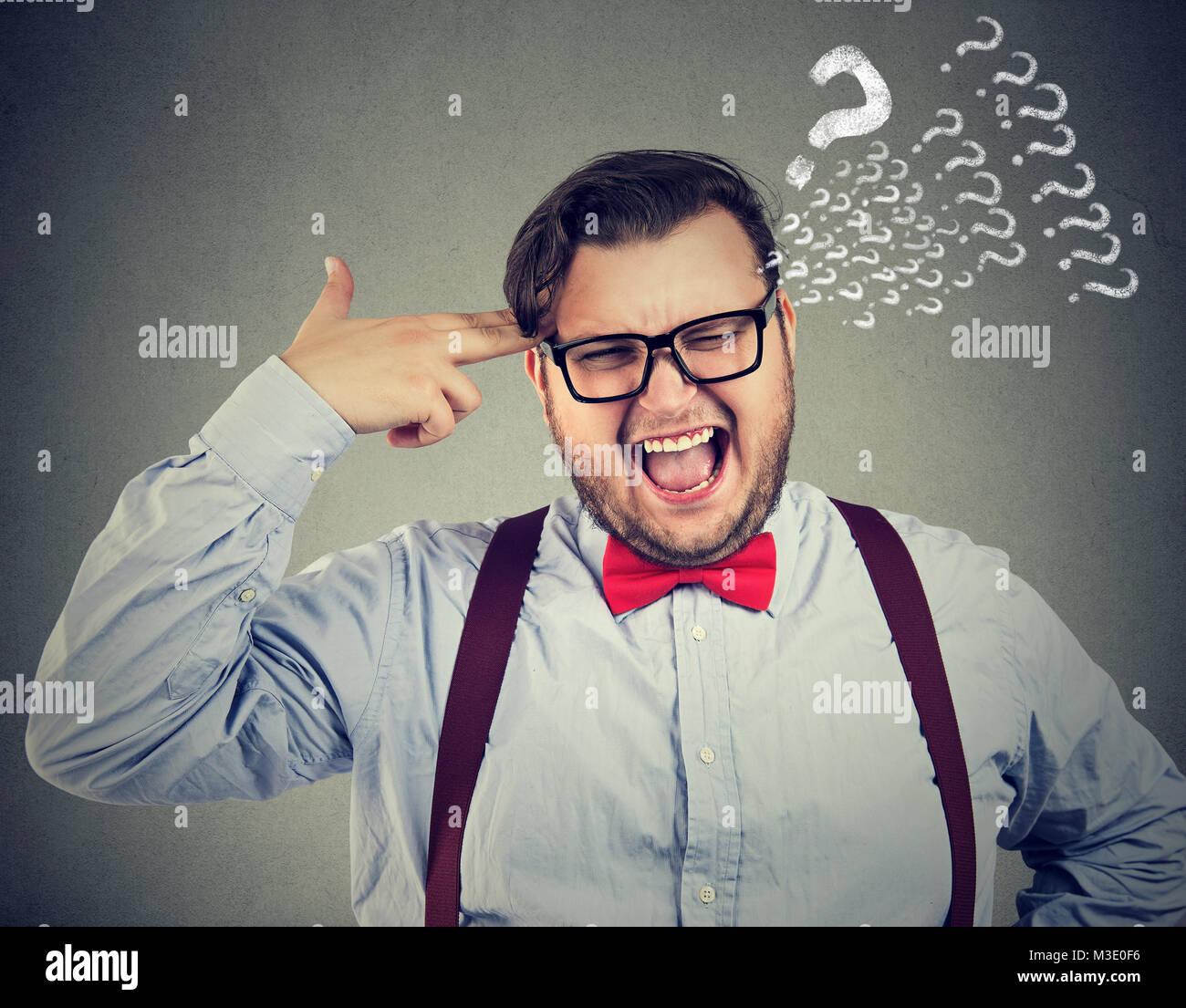 Frechen Mann in Bow-tie-holding Finger Tempel suchen besorgt mit Fragen. Stockbild