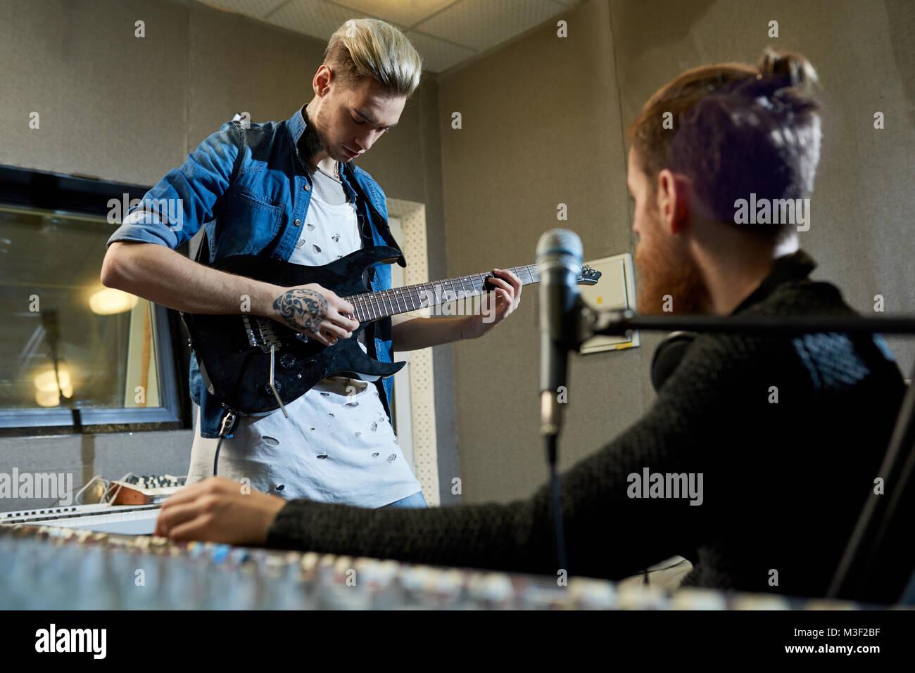 Rockstar Gitarrist Verfassen neuer Song mit Hersteller Stockbild