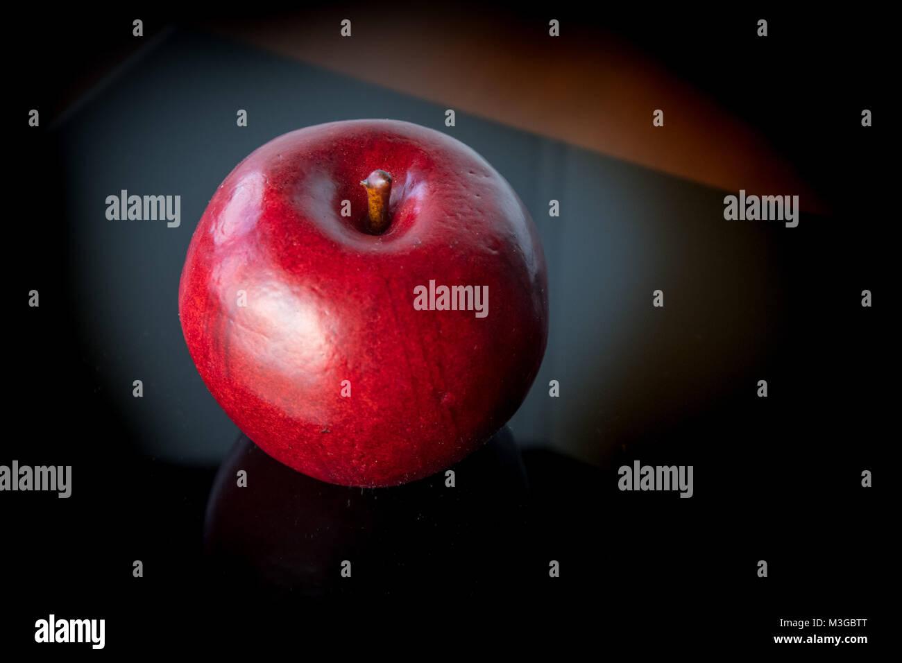 Apple auf schwarz Stockbild