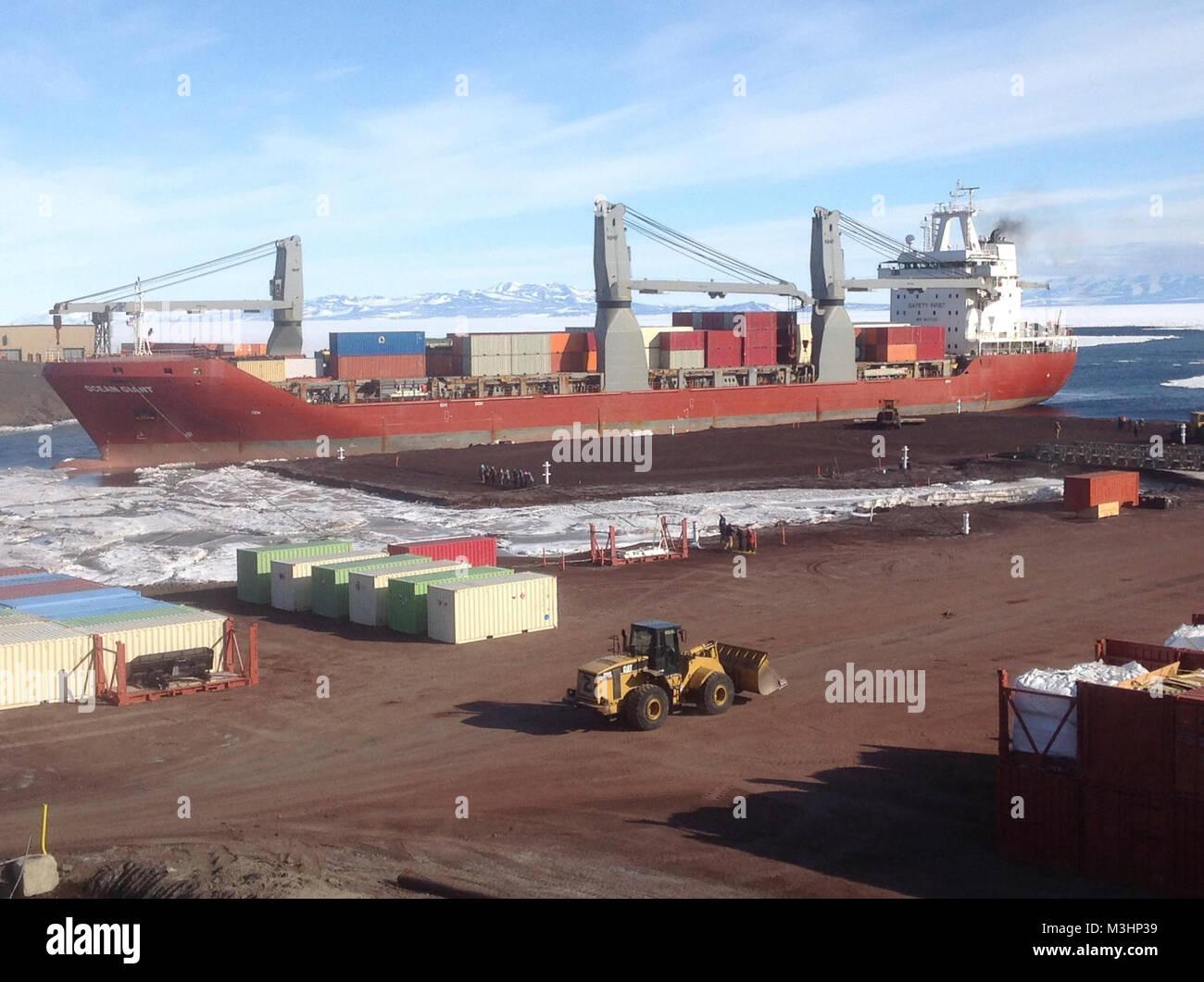 Military Sealift Command gecharterten Schiff MV Ozeanriese kommt an ...