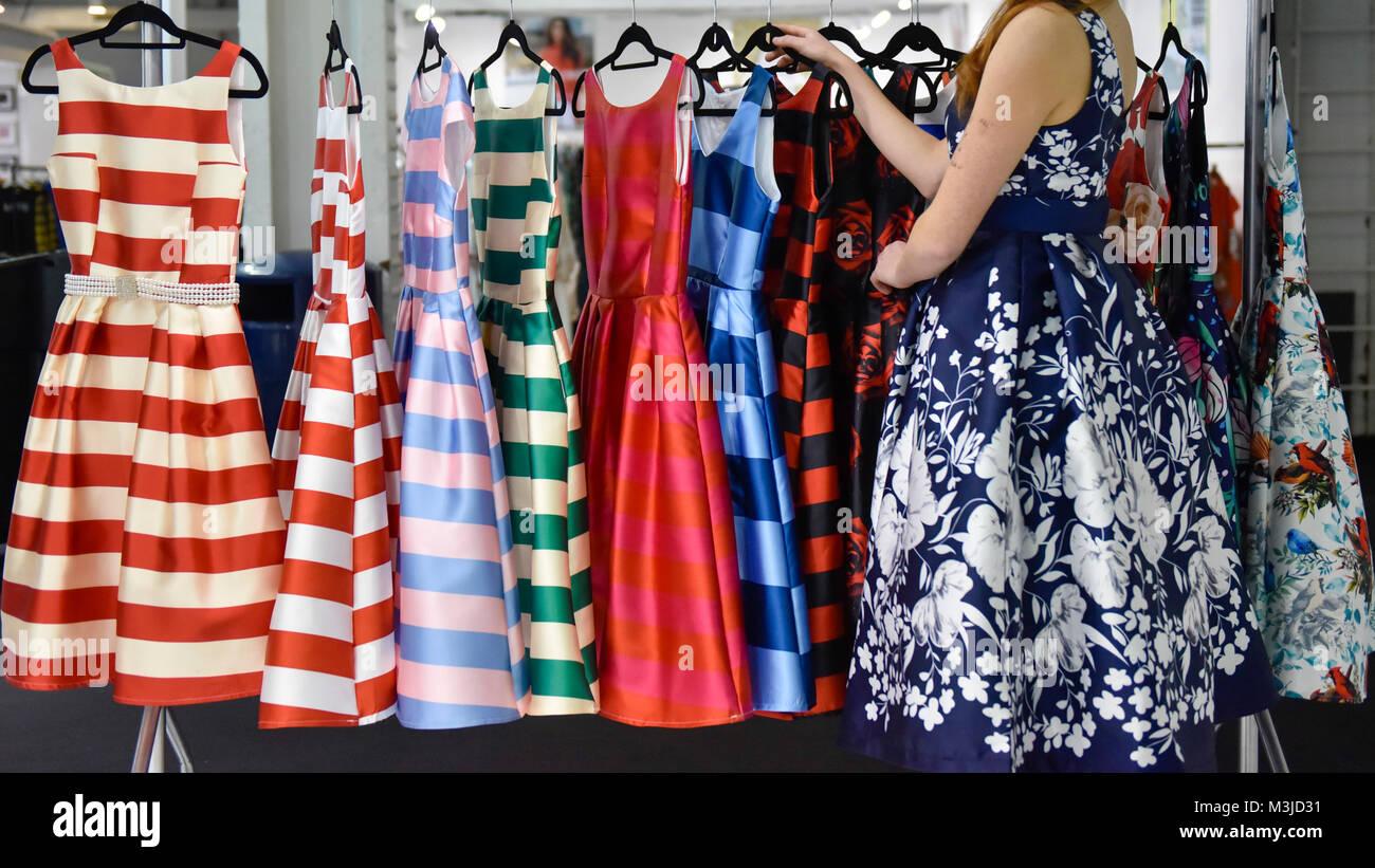 Neueste Kleider Stockfotos Und Bilder Kaufen Alamy
