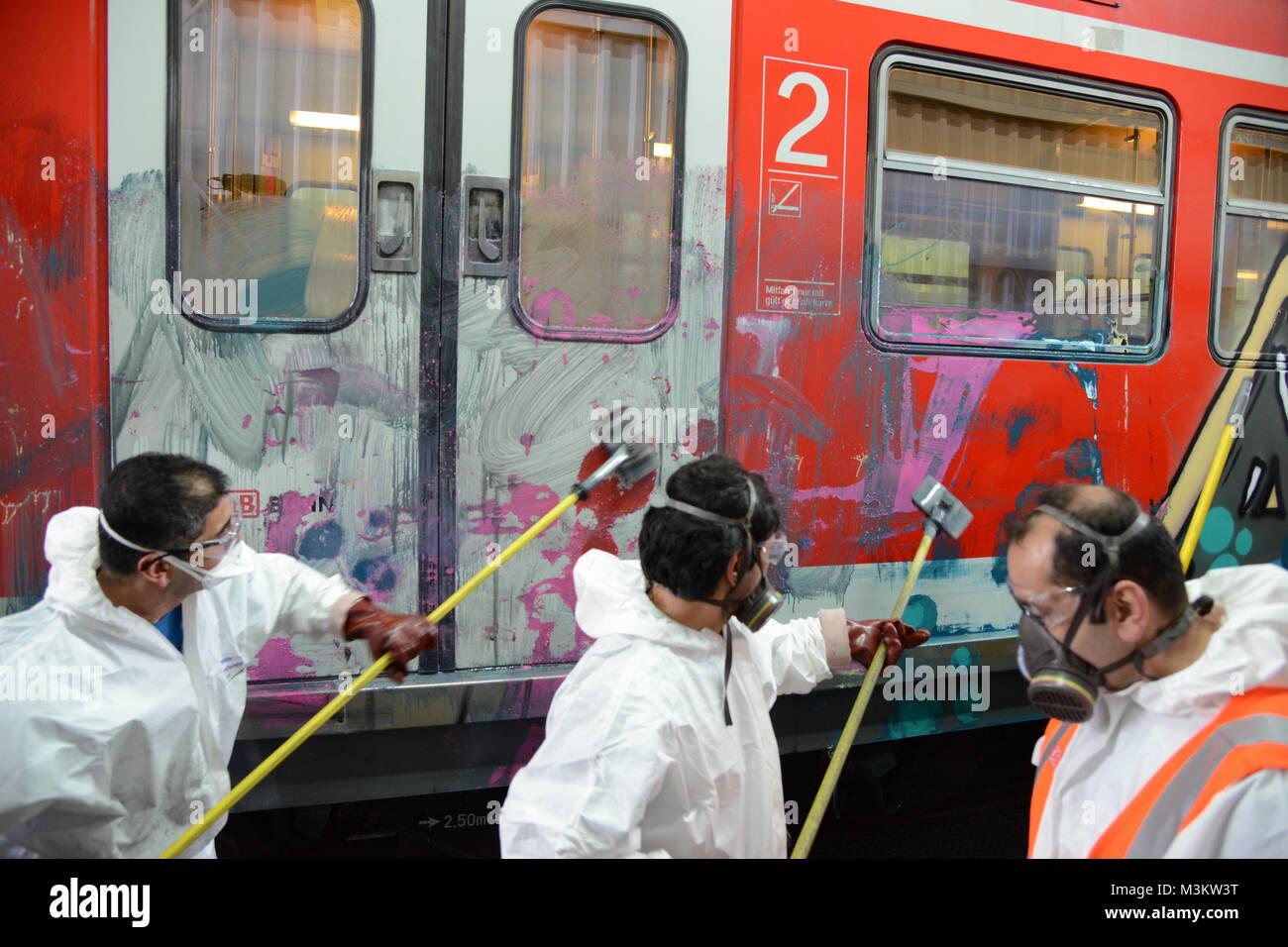 Reinigung der S-Bahn durch 3 Mitarbeiter. Die Deutsche Bahn hat am ...