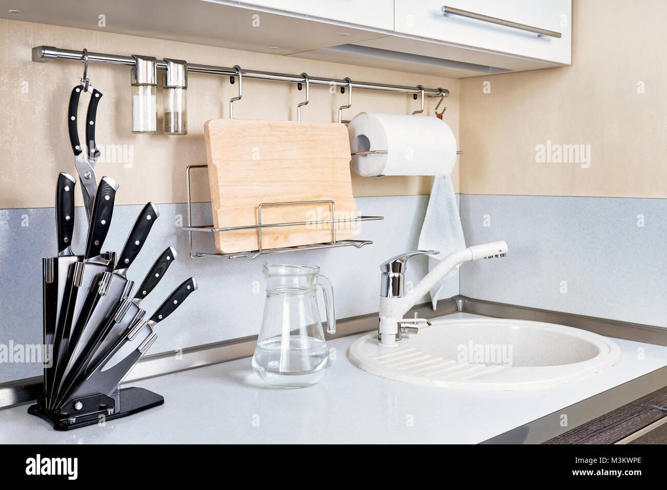 Küche Interieur mit Wasserhahn und Waschbecken und anderen Geräten ...
