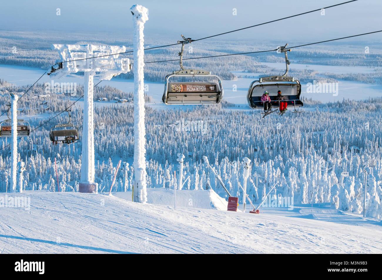 Sessellifte an der Skistation von Ruka in Finnland Stockbild