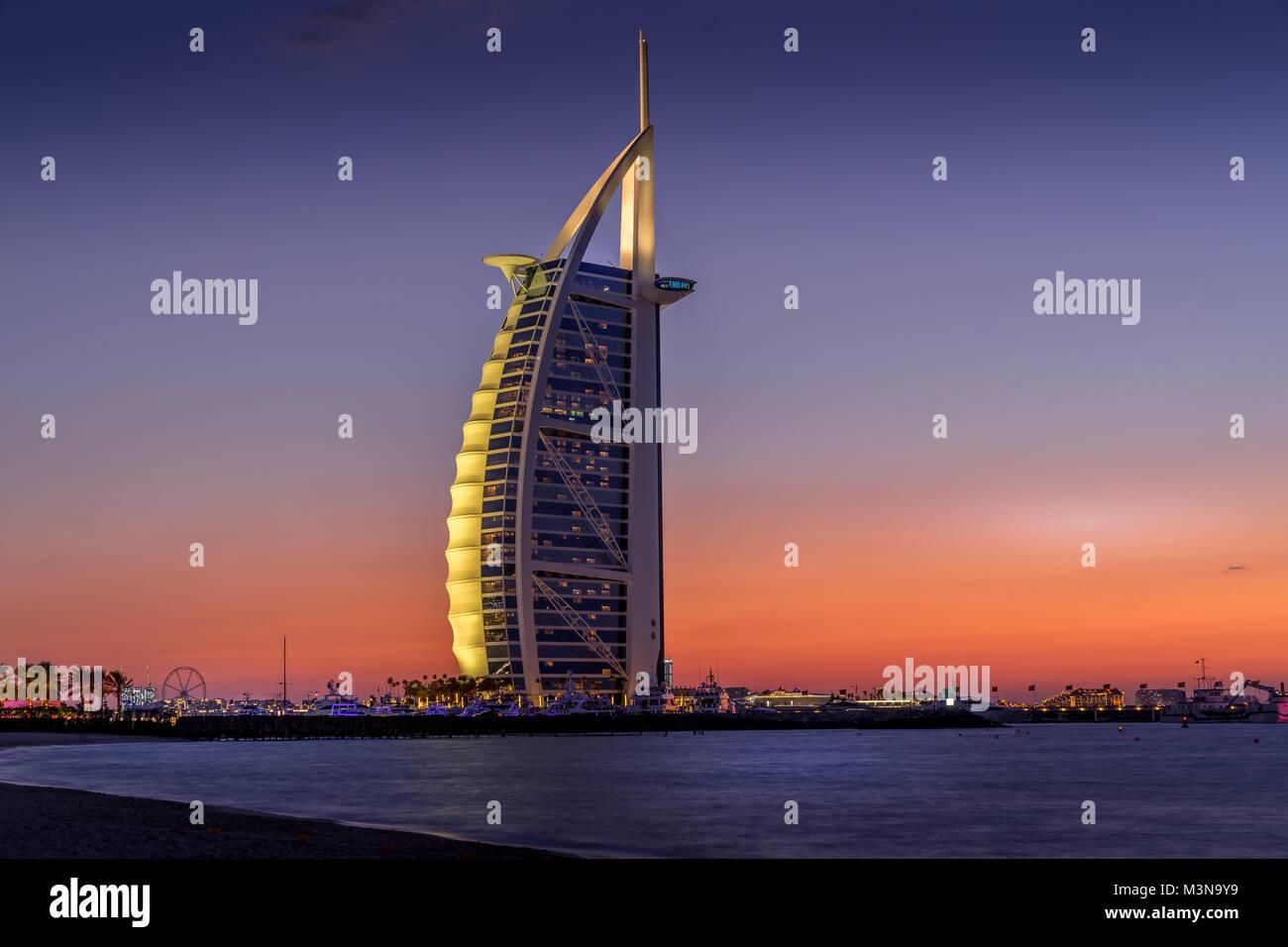 Dubai, Vereinigte Arabische Emirate - Jan 10, 2018. Sonnenuntergang Blick auf das Burj Al Arab Hotel am Jumeirah Stockbild
