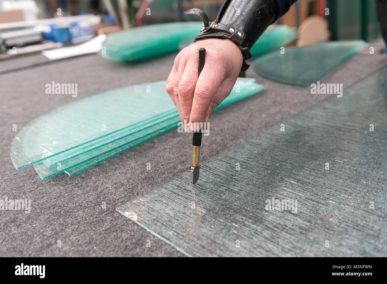 glas schneiden von hand.. ein glas fräser mit diamond blade