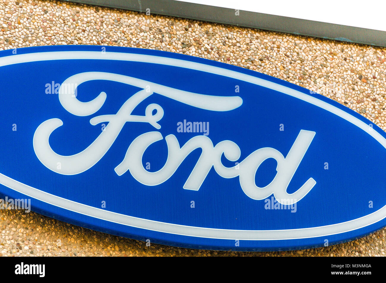 LUGO (RA) - 11. FEBRUAR 2018: Ford Logo auf den Aufbau des Betriebs. Ford Motor Company ist der fünftgrößte Stockbild
