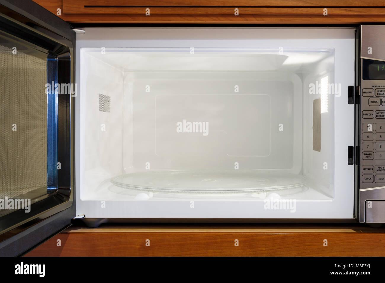 Kuche Home Elektrogerate Blick In Leere Saubere Offene Mikrowelle