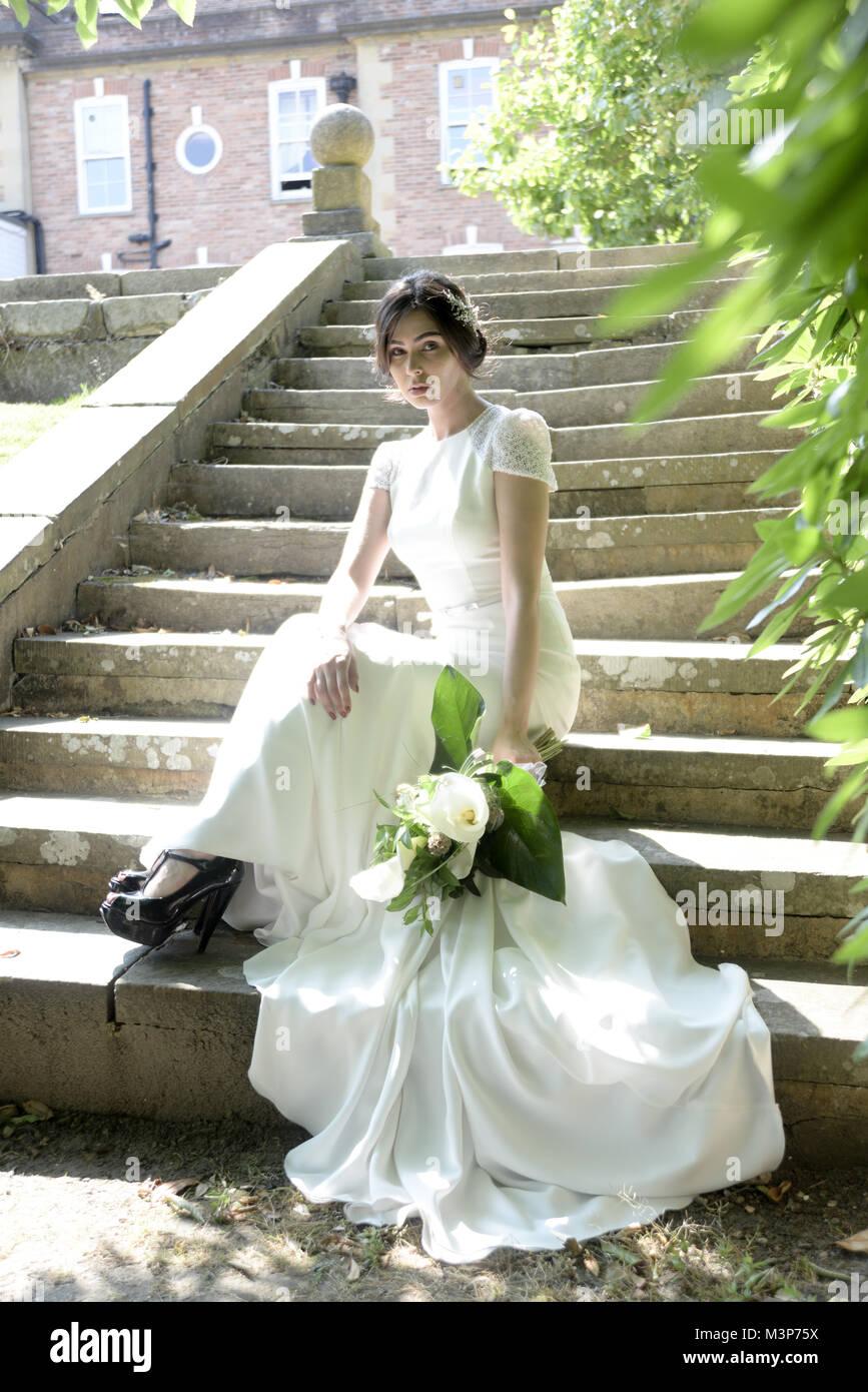 Eine schöne dunkelhaarige Braut tragen eine teure Hochzeit Kleid an ...