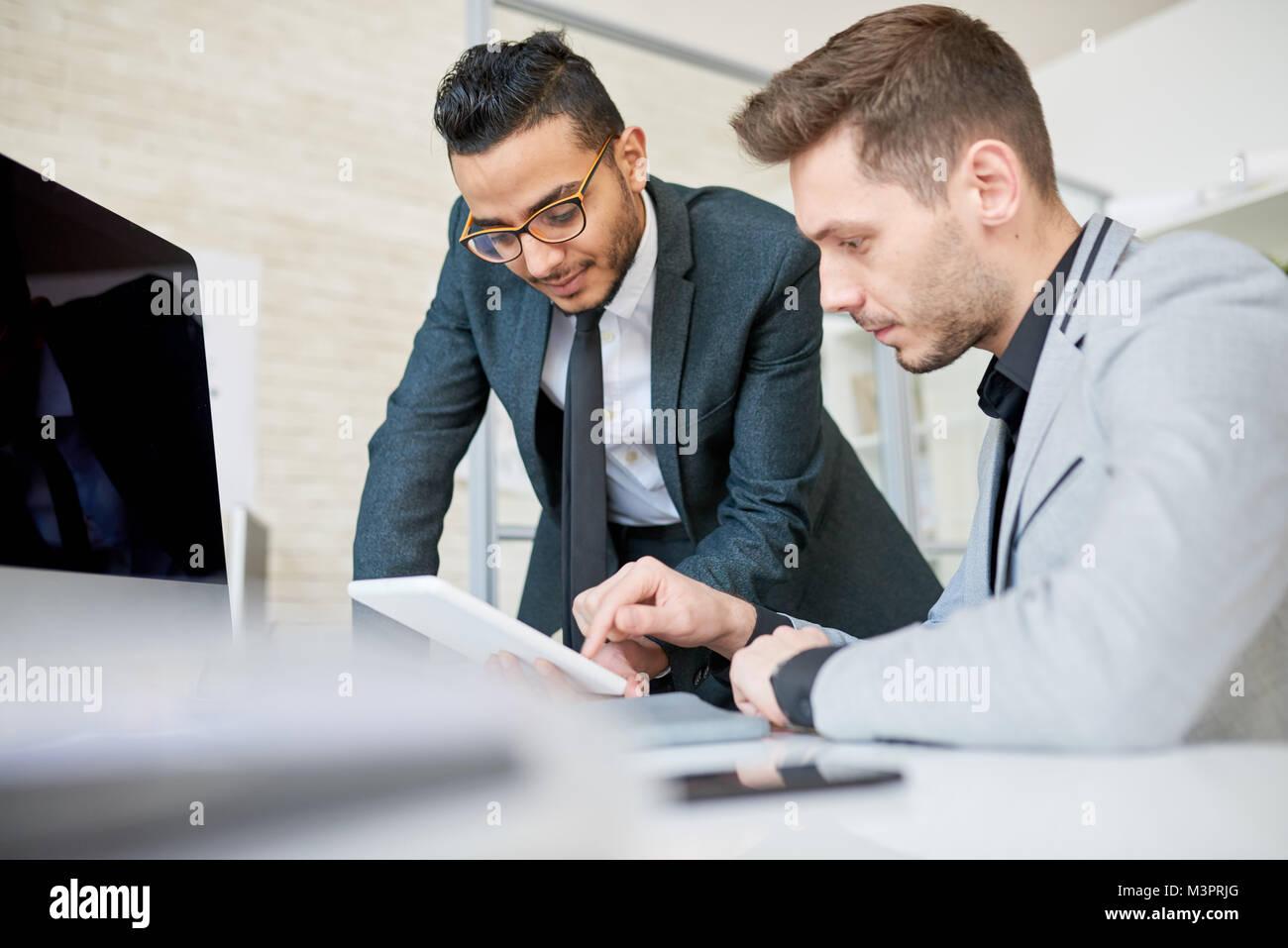 Zwei Unternehmer diskutieren Startup Stockbild