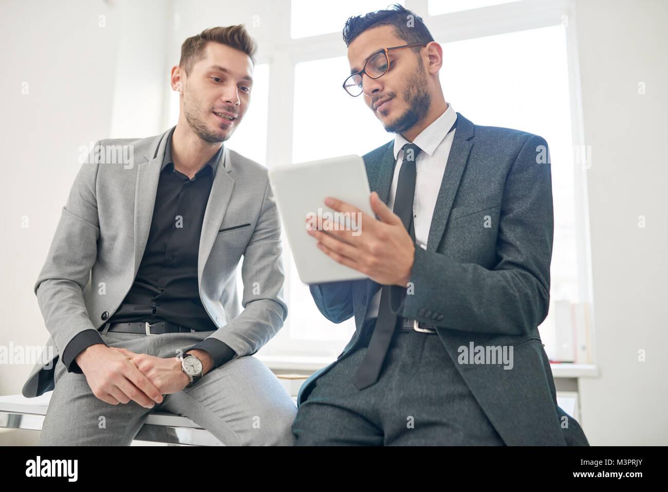 Zwei Unternehmer mit digitalen Tablet Stockbild