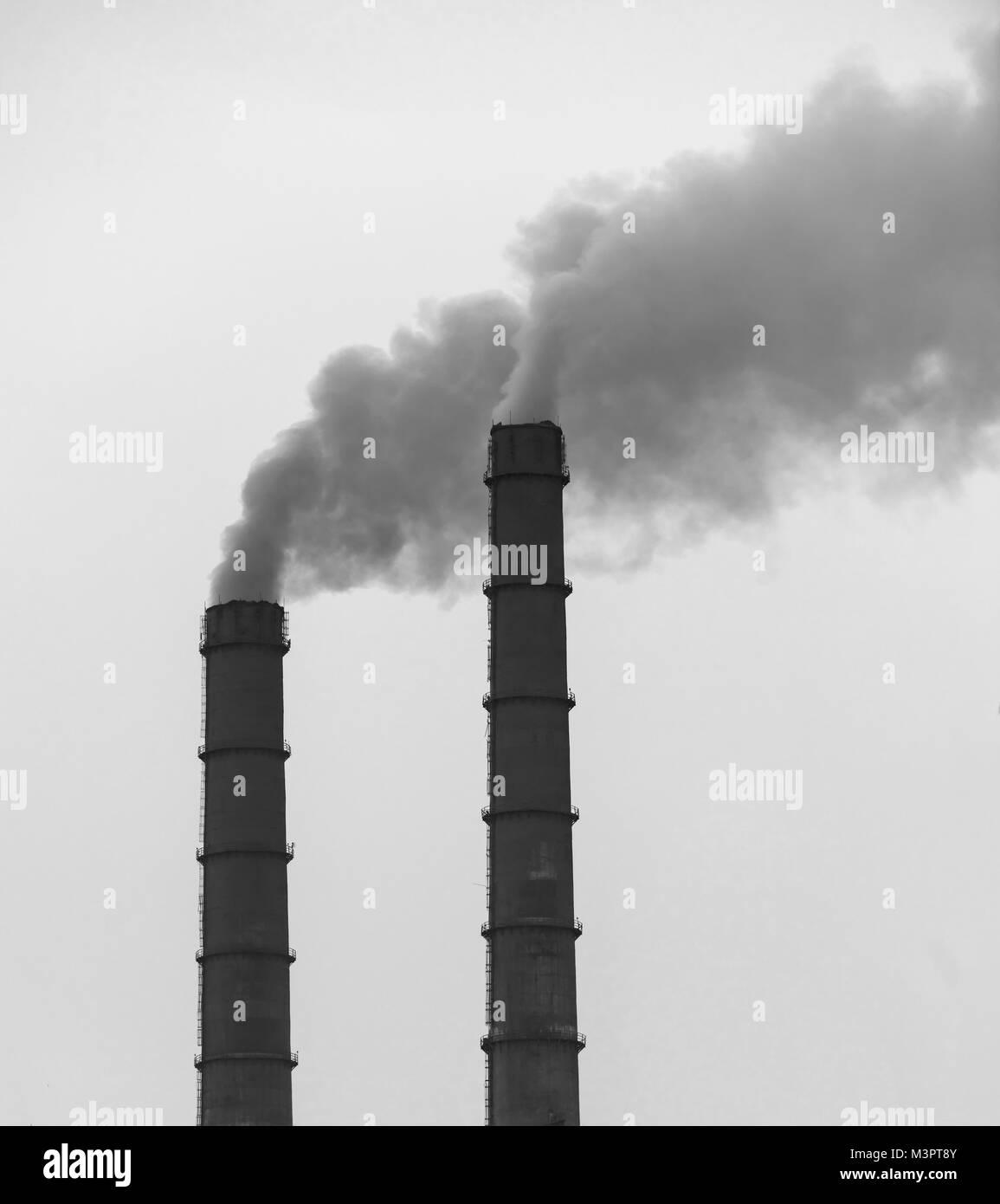 Rauch von der Fabrik Rohre. Ökologisches problem. Stockfoto