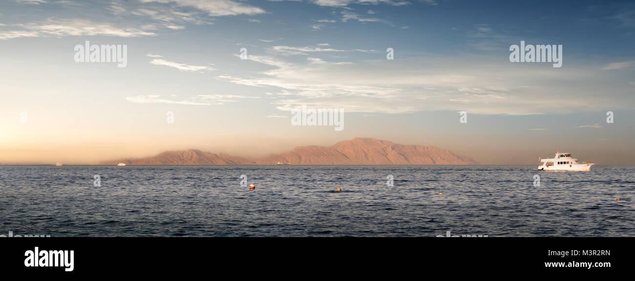 Küste der Insel Tiran im Roten Meer Stockbild