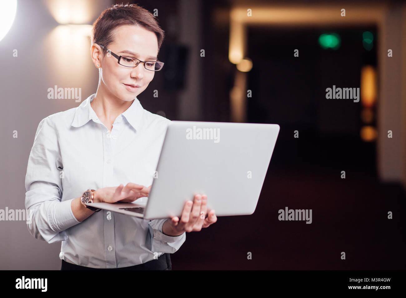 Geschäftsfrau mit Brille Holding Laptop Stockbild