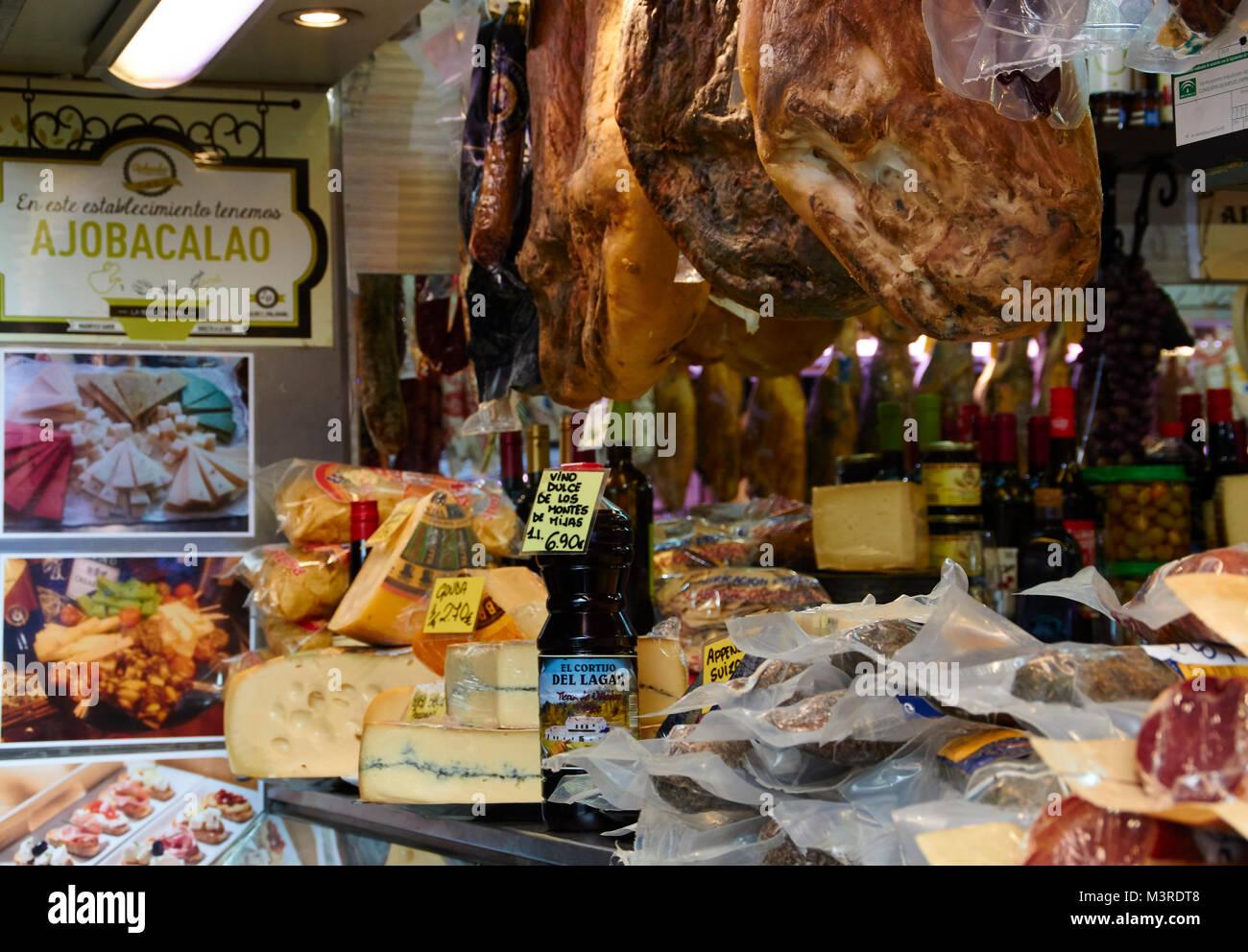 Málaga, Atarazanas Market Hall, Käse, Schinken und andere Spezialitäten Stockbild