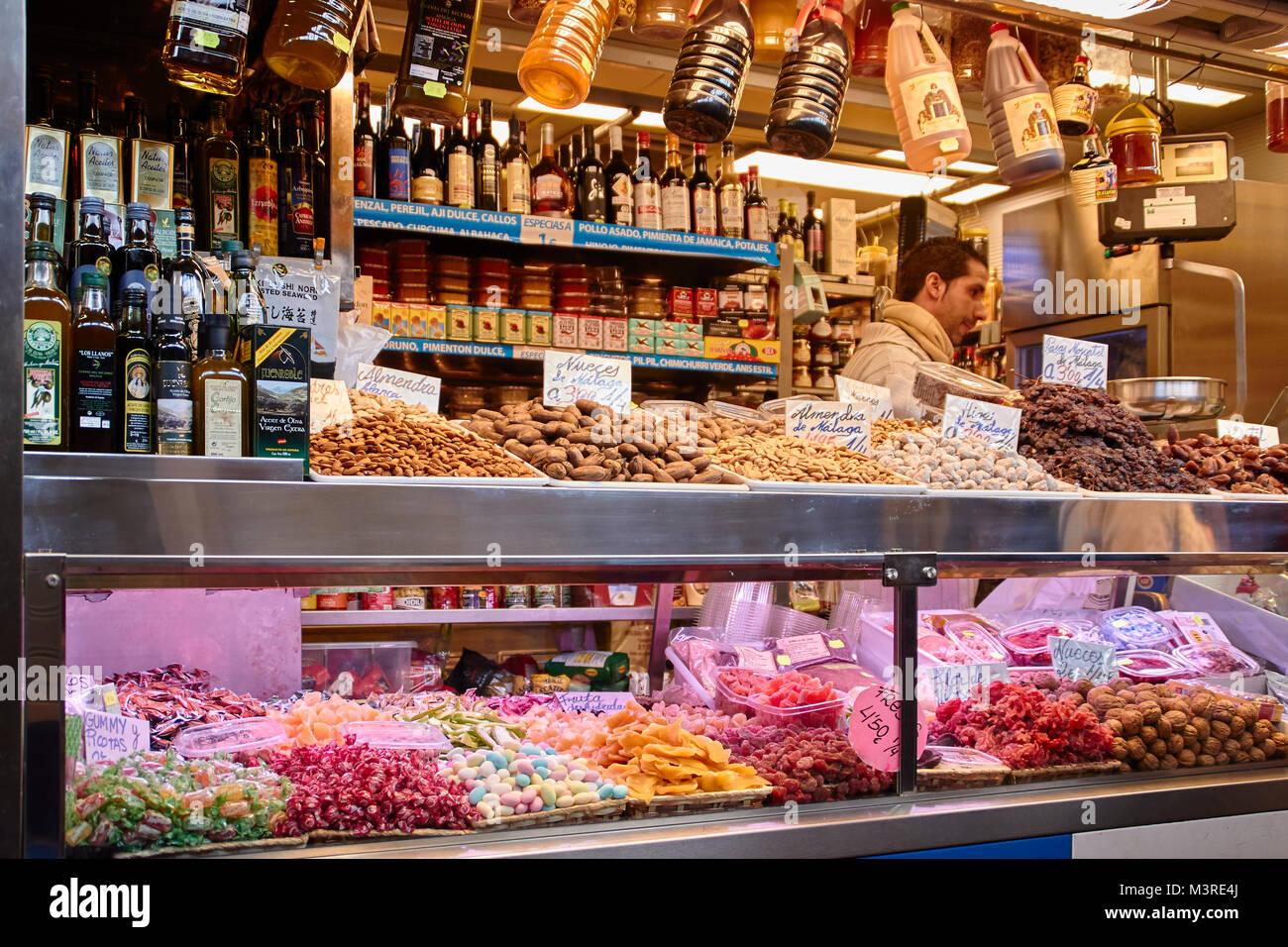 Málaga, Atarazanas Market Hall, Süßigkeiten, Nüsse und andere Spezialitäten Stockbild