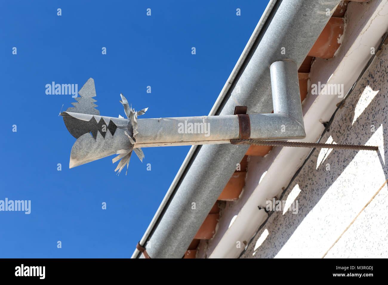 zink dachrinne abflusssystem dragon über blauen himmel geprägt