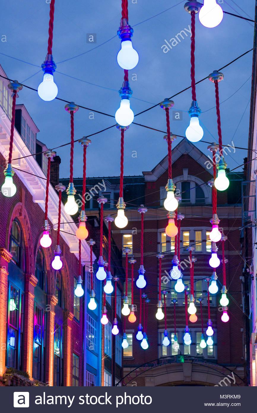 Kunst installation Übergroße Glühbirnen oben Ganton Street, Soho, Westminster, London, England, Vereinigtes Stockbild