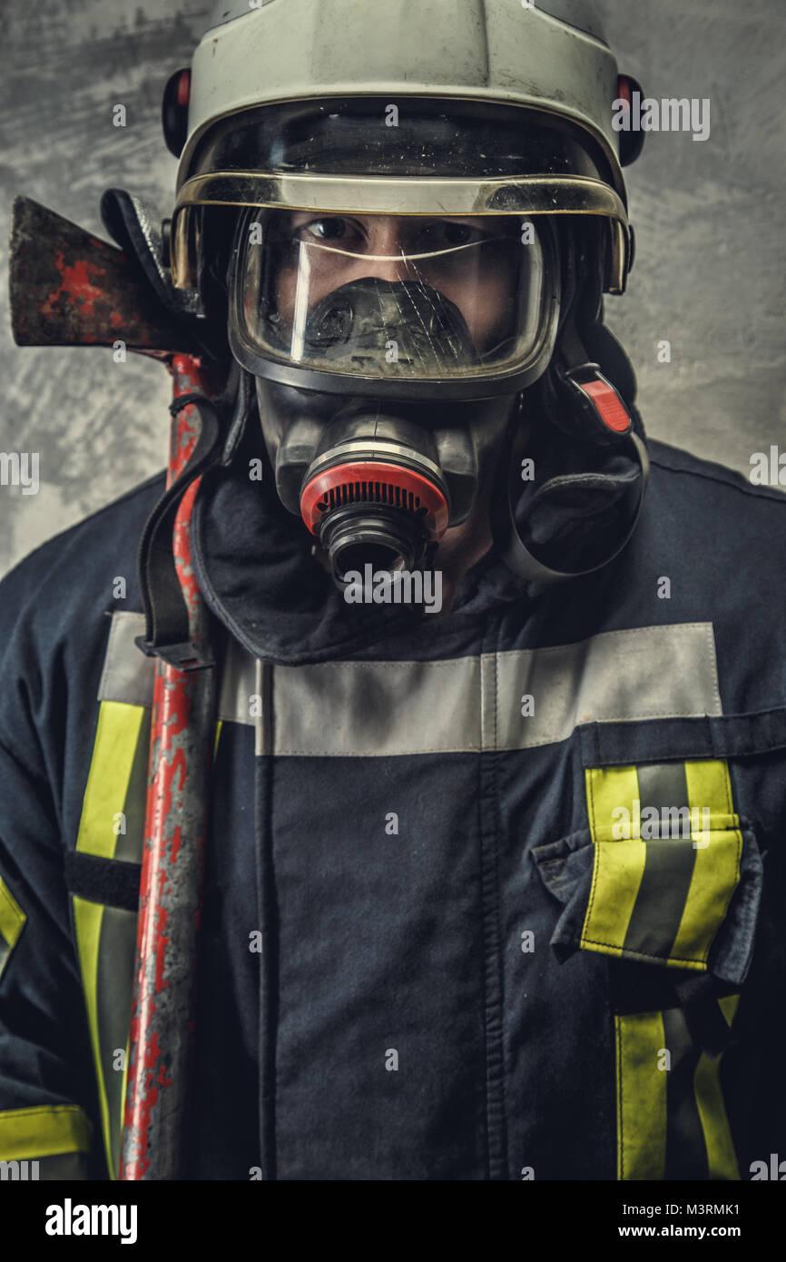 Portrait von Feuerwehrmann in Sauerstoff Maske. Stockbild