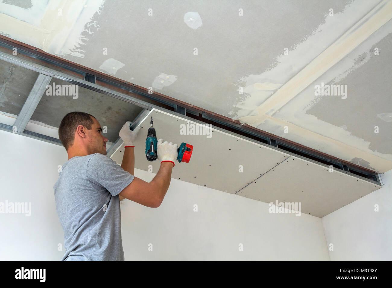 Bauarbeiter Zusammenbauen einer abgehängten Decken mit Gipskarton ...