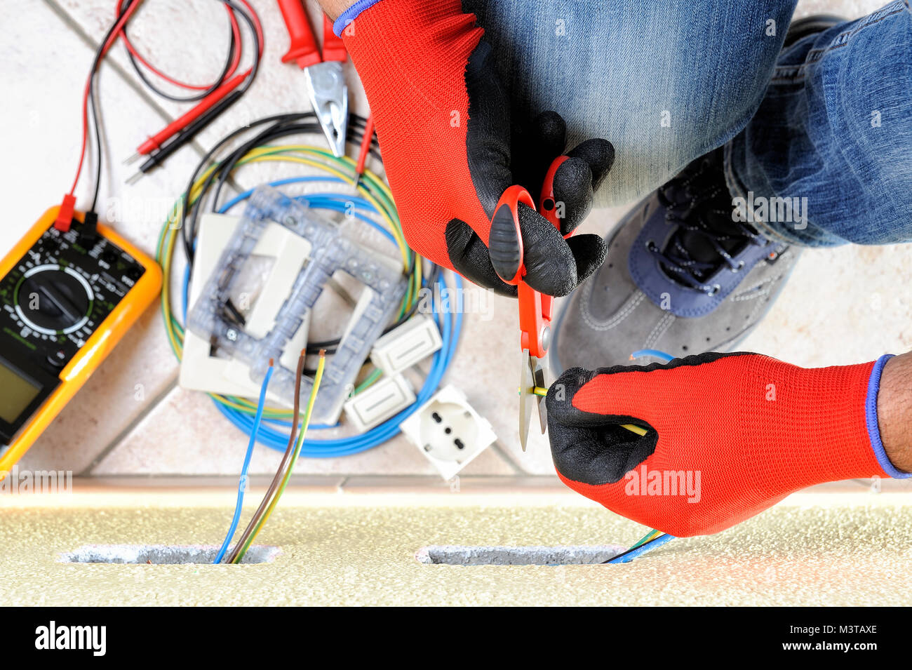Elektriker Techniker bei der Arbeit mit Schere auf Kabel in einem ...