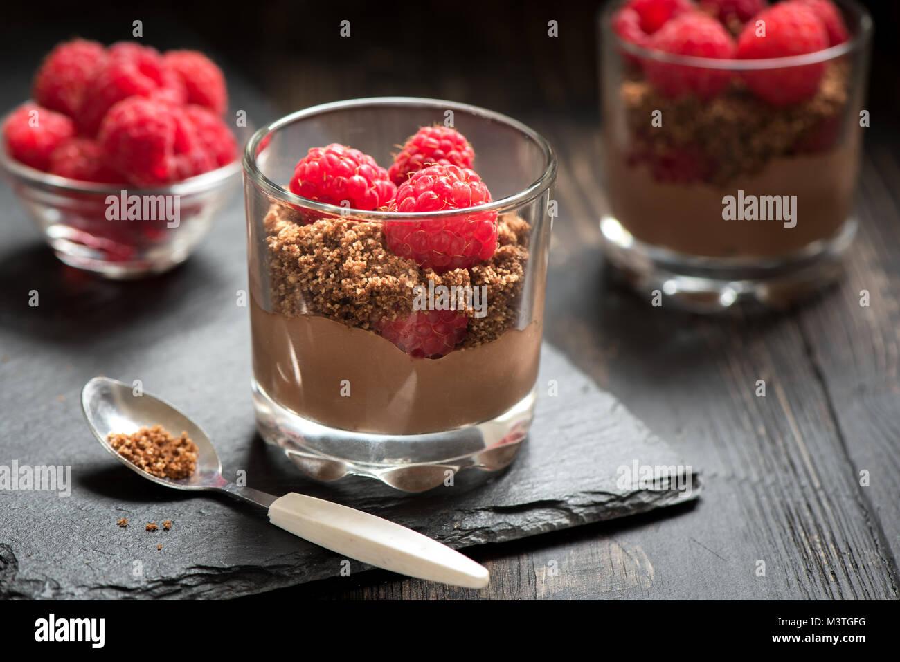 Dessert Schokolade In Gläsern Mit Himbeeren Mousse Au Chocolat Oder