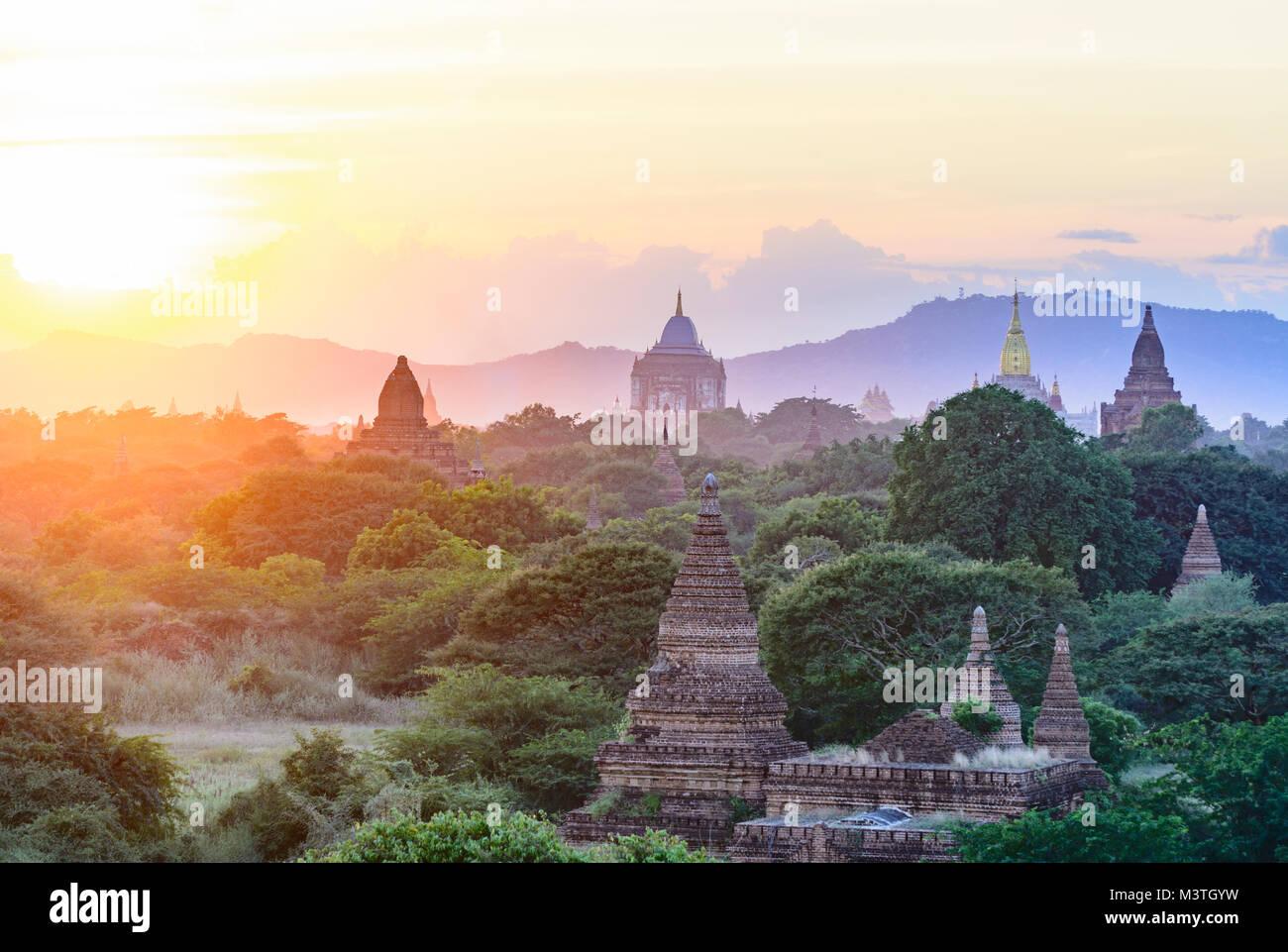 Bagan: thatbyinnyu Tempel, Ananda Tempel, Tempel in Bagan, stupa Tan Kyi Paya auf Berg, Region, Mandalay, Myanmar Stockbild