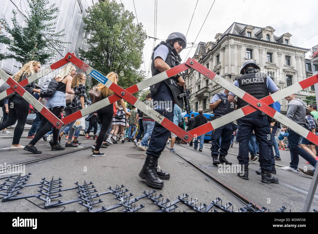 Street Parade, Polizei Blockade bei der Bahnhofstrasse, hohe Sicherheit, Zürich, Stockbild