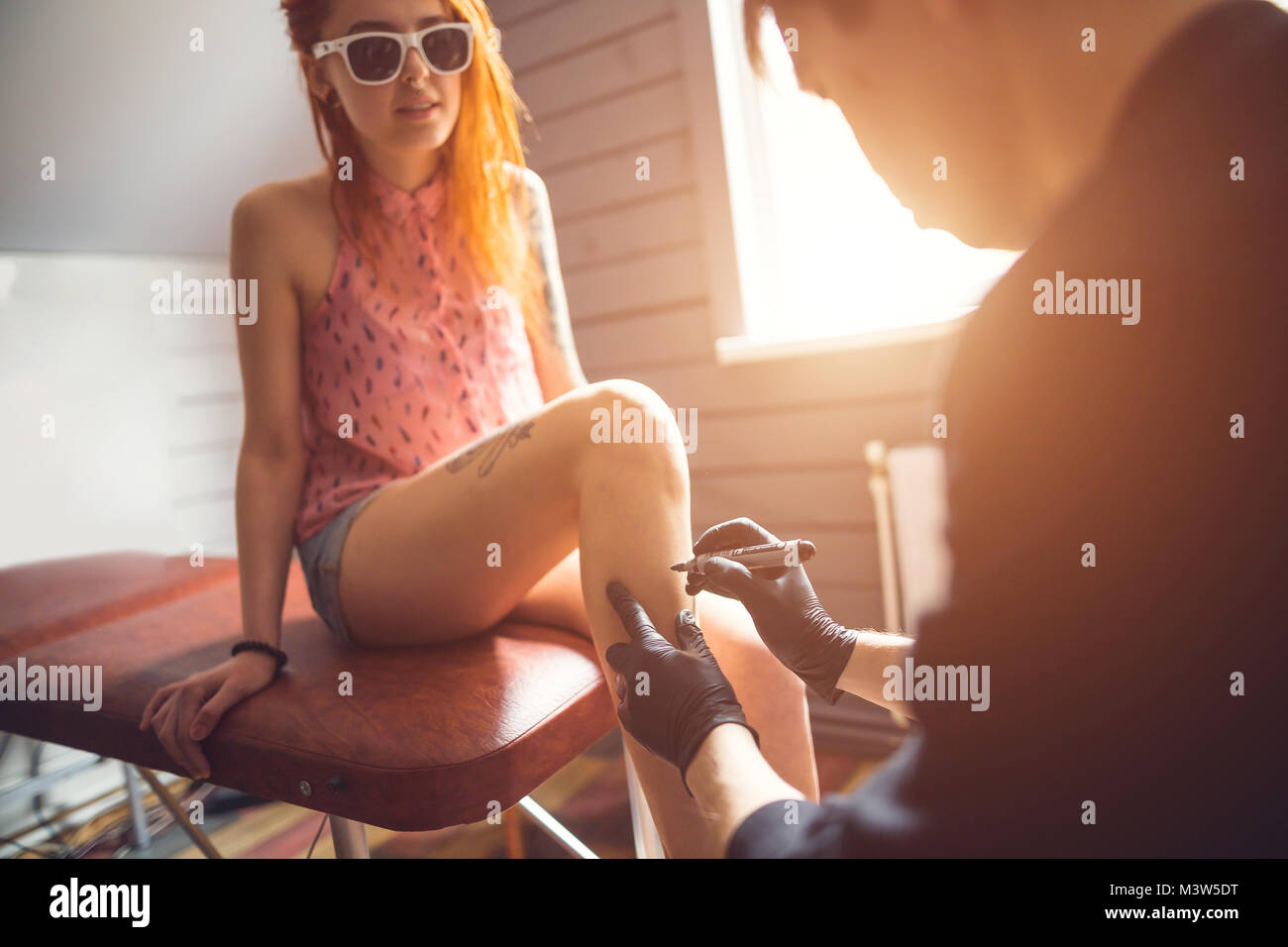 Professionelle Tätowierer macht tattoo Stockbild