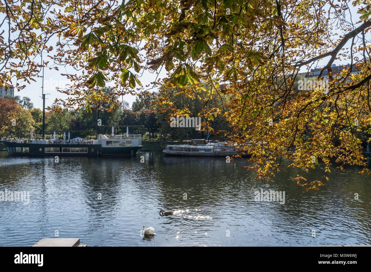 Urbahnhafen, Restaurantboot, Herbst, Kreuzberg, Berlin | Urbahnhafen, Restaurant Schiff, Herbst, Kreuzberg, Berlin Stockbild