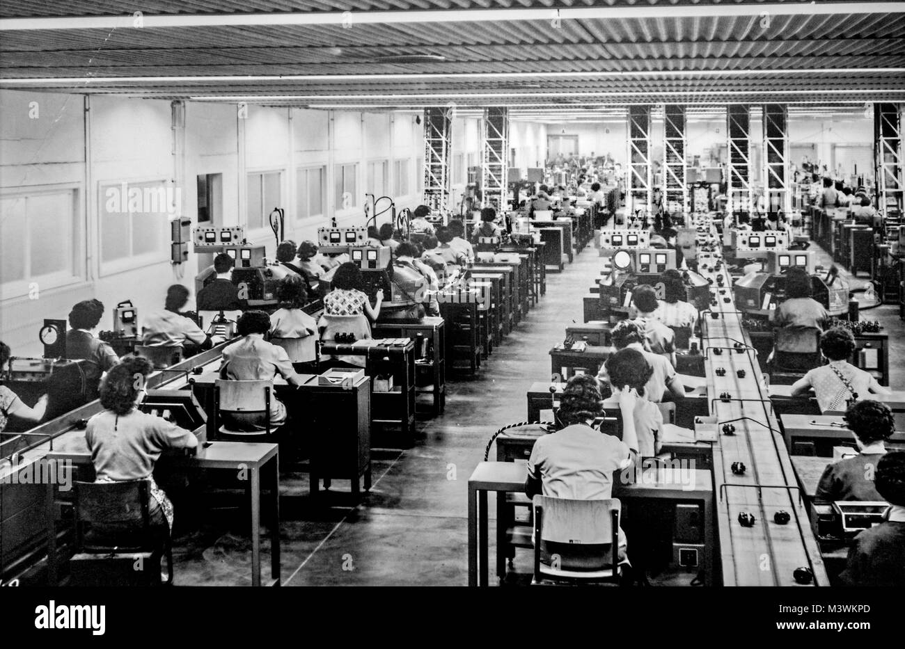 Alten schwarzen und weißen Archivierung Foto, weibliche Arbeitnehmer Herstellung von kleinen Elektromotoren Stockbild