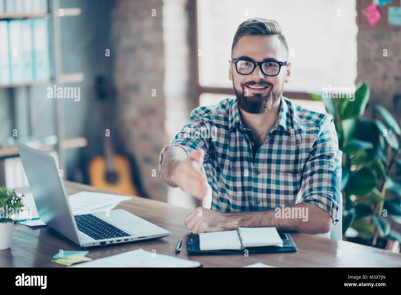 Konzept der erfolgreichen Bewerbungsgespräch. Portrait von Happy fröhlich lächelnd froh Arbeitnehmer Stockbild