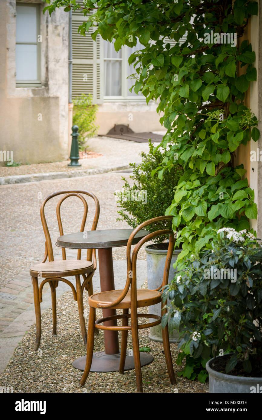 Kleiner runder Tisch mit zwei Thonet Stühle in einem französischen ...
