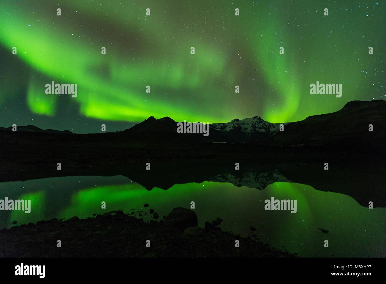 Grüne aurora Licht hinter dem See Berg in Island Europa im Nationalpark Skaftafell Stockbild