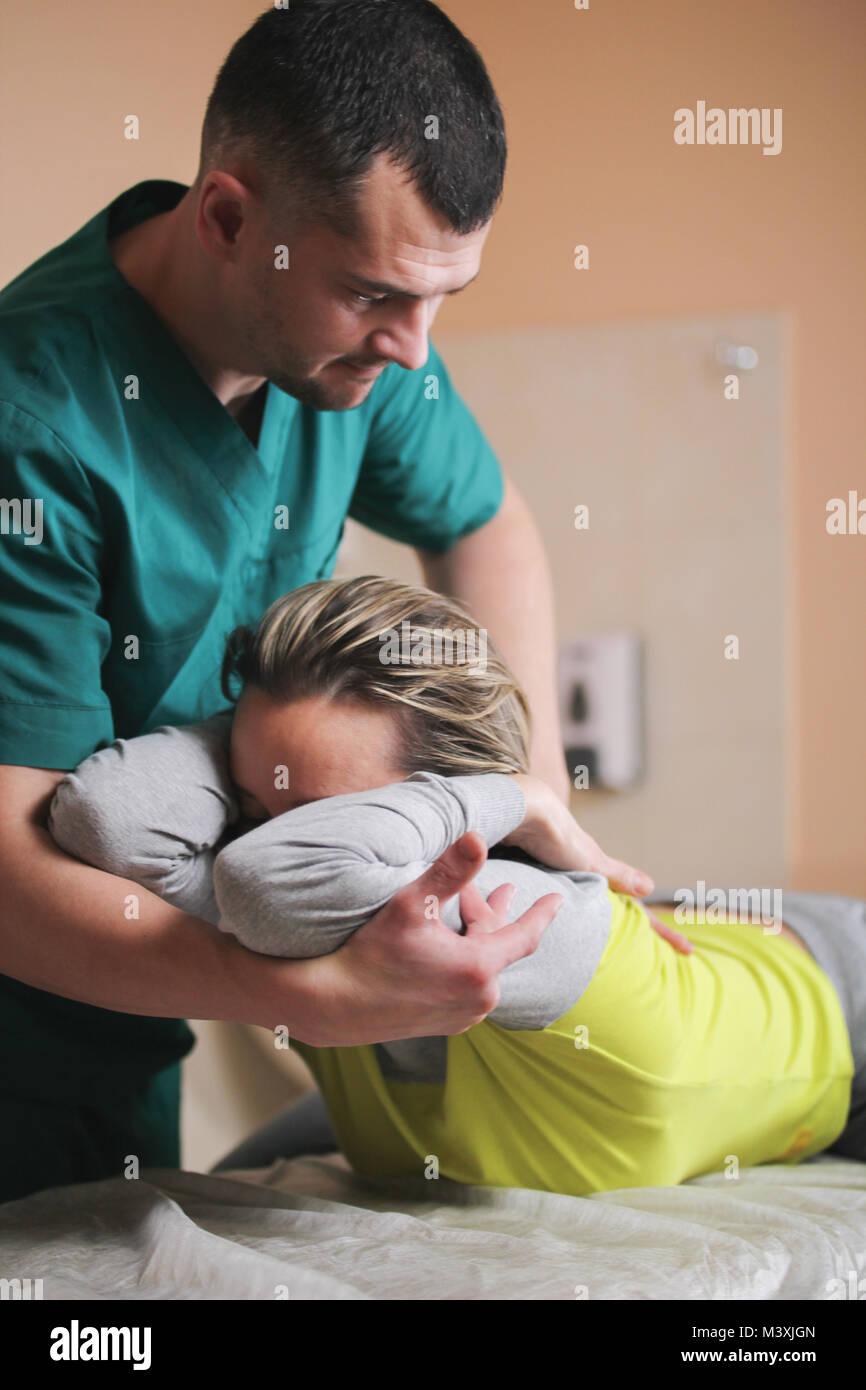Arzt osteopath haben manuelle Therapie für Woman's Hals Stockbild