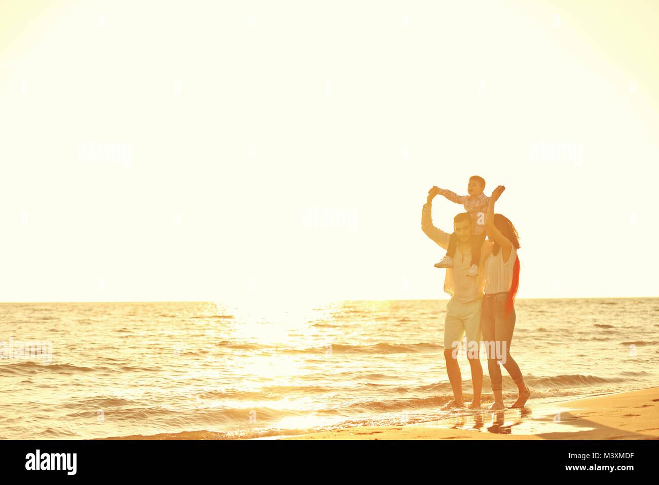 Portrait von glückliche Familie und Baby Sonnenuntergang im Sommer Freizeitaktivitäten Stockbild