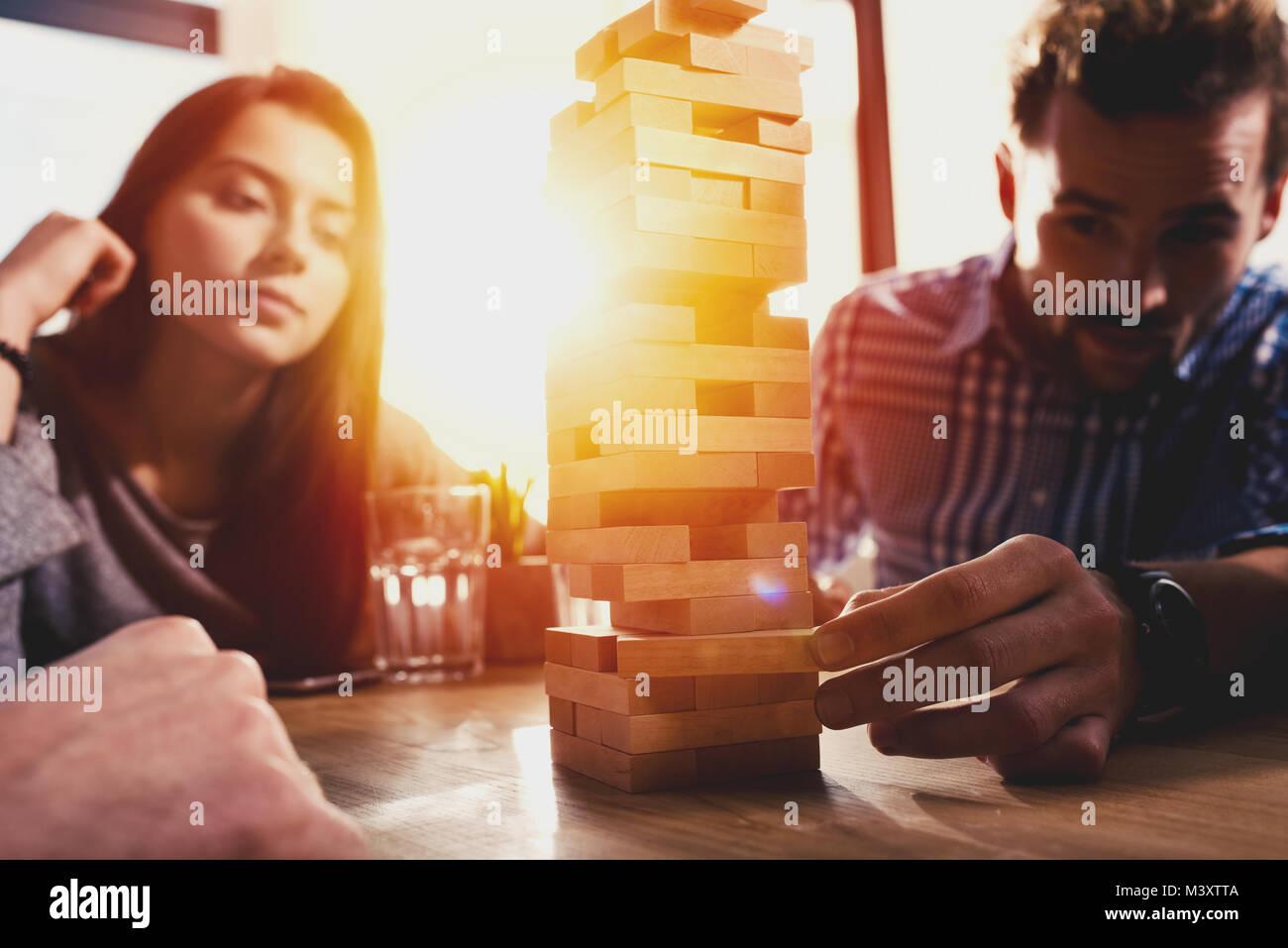 Team von Business Menschen bauen eine Holzkonstruktion. Konzept der Teamarbeit, Partnerschaft und Unternehmensgründung Stockbild
