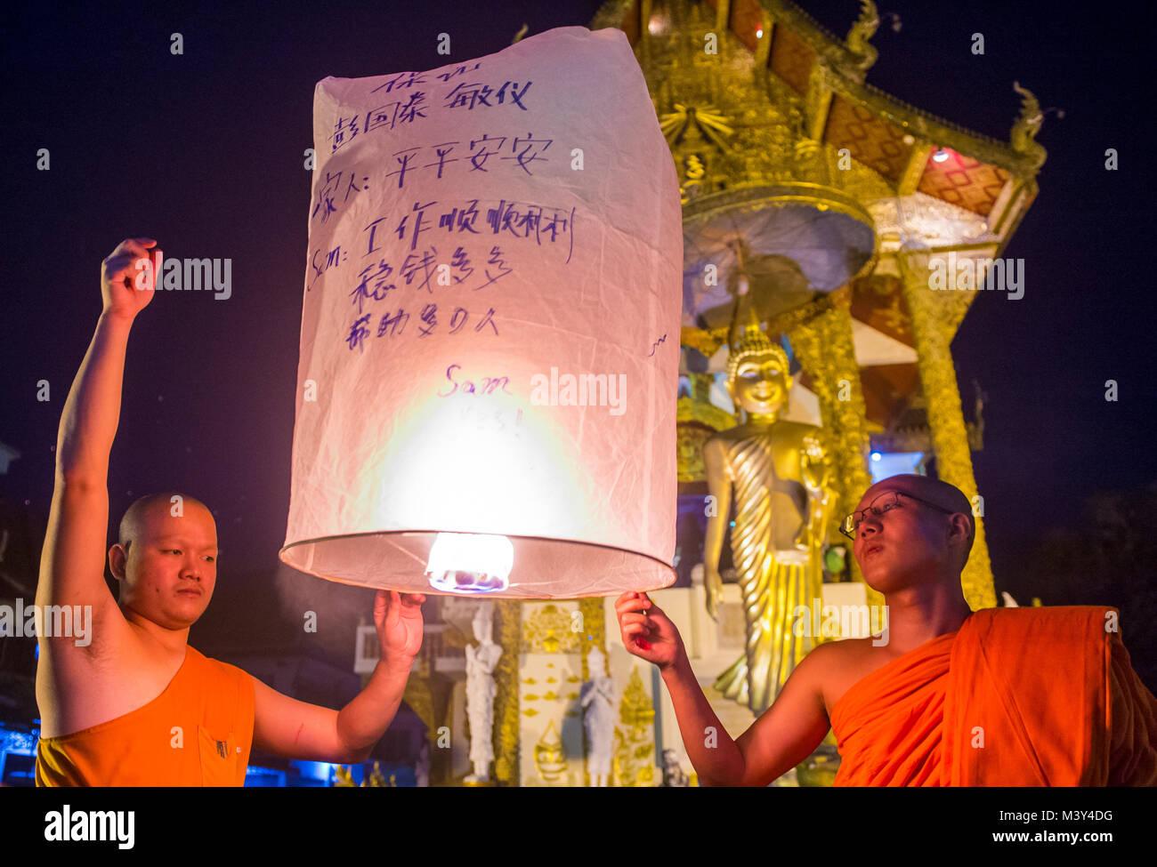 CHIANG MAI, THAILAND - 03.November: Buddhistische Mönche starten sky Laterne während Yee Peng Festival in Chiang Stockfoto