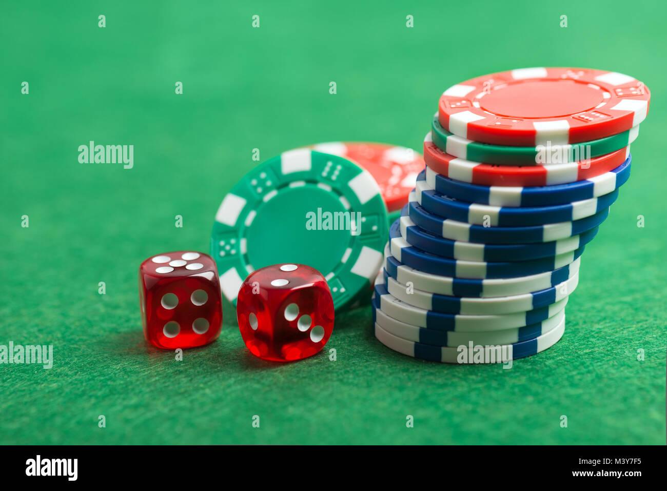 Casino Chips und Würfel auf einem grünen Filz als Hintergrund ...