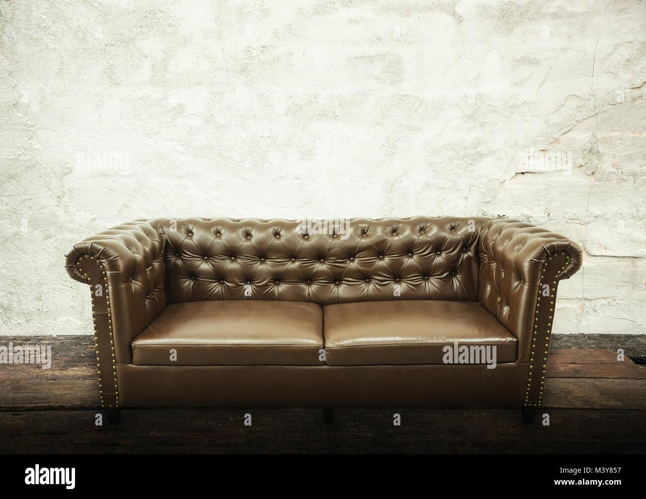 Dunkel Braun Vintage Schöne Luxuriöse Vintage Sofa Einrichtung Mit Grauem  Beton Struktur Wand Im Zimmer. Fashion Concept, Entspannung Konzept Mit ...
