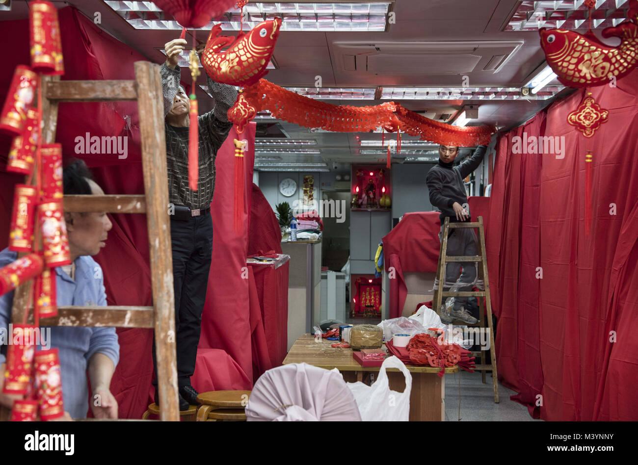 Hong Kong, Kowloon, Hong Kong. 10 Feb, 2018. Arbeitnehmer dekorieren ...