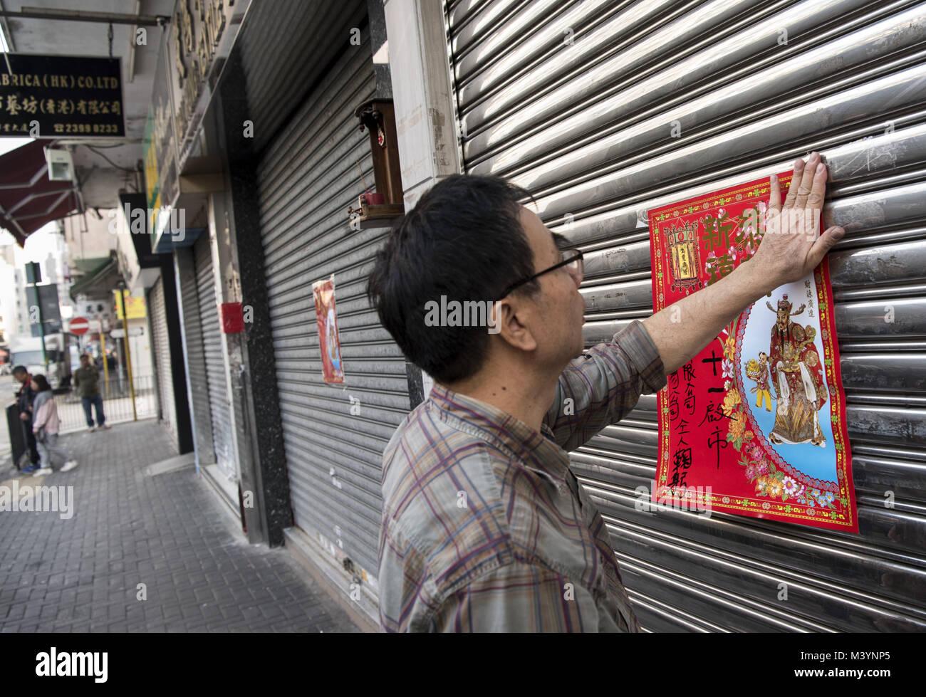 Hong Kong, Hong Kong. 10 Feb, 2018. Man hängt ein Chinesisches ...